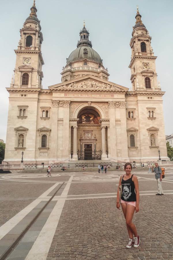 Ich vor einer Kirche in Budapest