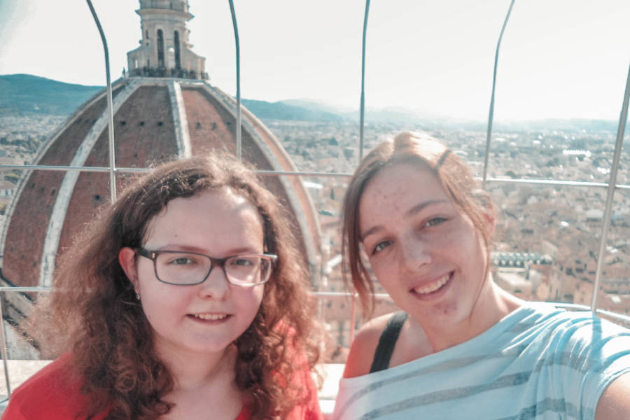 Ich und meine Schwester am Dom von Florenz