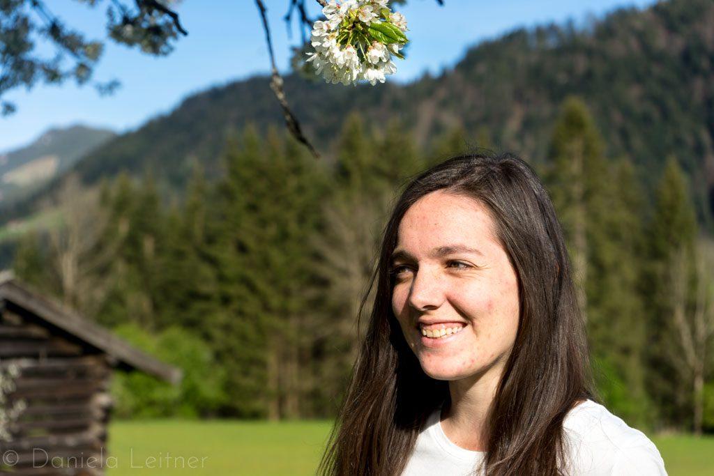 Daniela auf Wiese mit Kirschblüten
